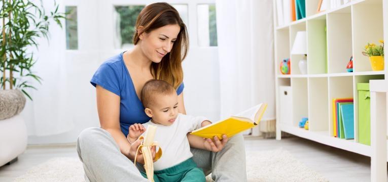 mae a ler historia ao bebe