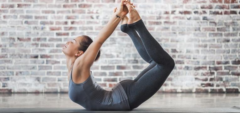 mulher com bastante flexibilidade
