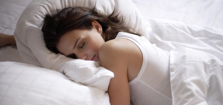 gravida a dormir de barriga para baixo