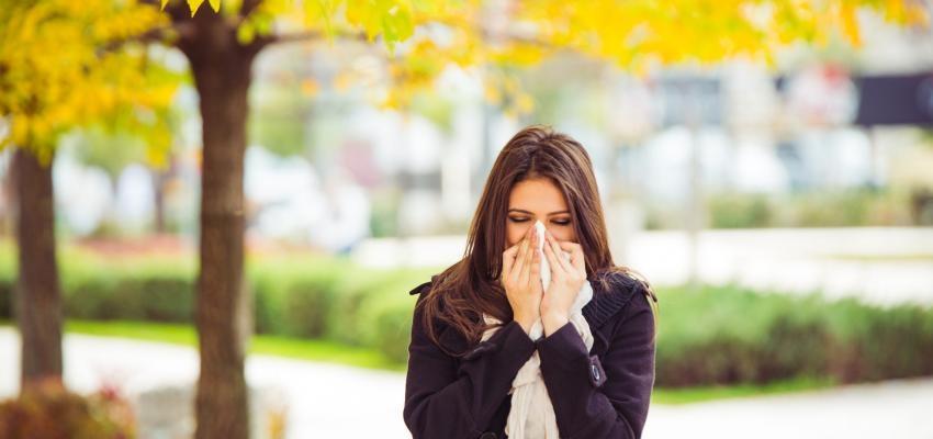 rapariga constipada no outono