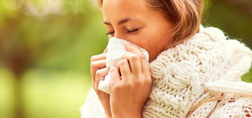 mulher com frio e constipacao