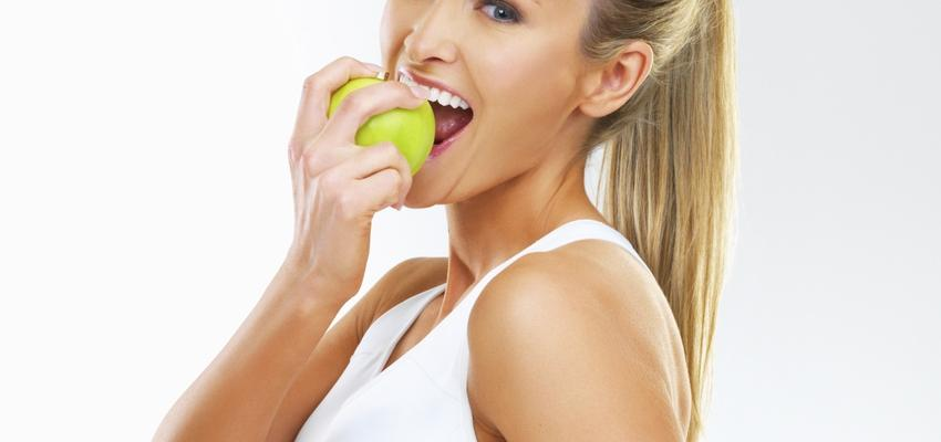 mulher bonita a comer uma maca
