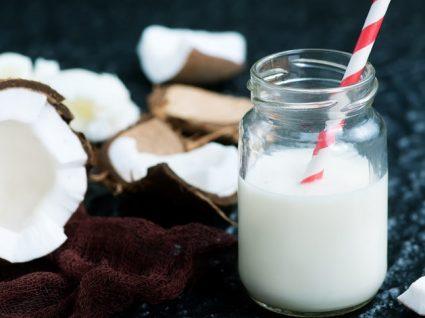 Como fazer leite de coco caseiro: 3 receitas fáceis