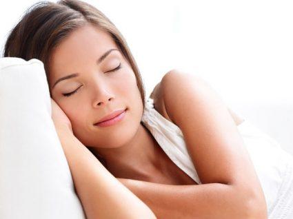 Dormir a sesta: vantagens, desvantagens e a forma correta de o fazer