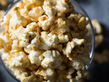 Pipocas: um snack saudável que o açúcar pode estragar