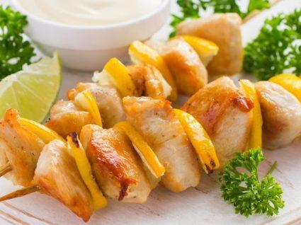 Espetadas de frango: 5 deliciosas combinações de sabores