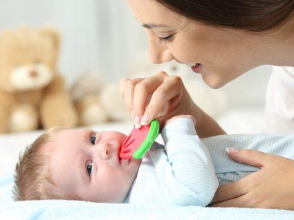Alimentos para aliviar as dores de dentes do bebé: saiba quais são