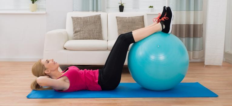 abdominal crunch com as pernas em cima da bola