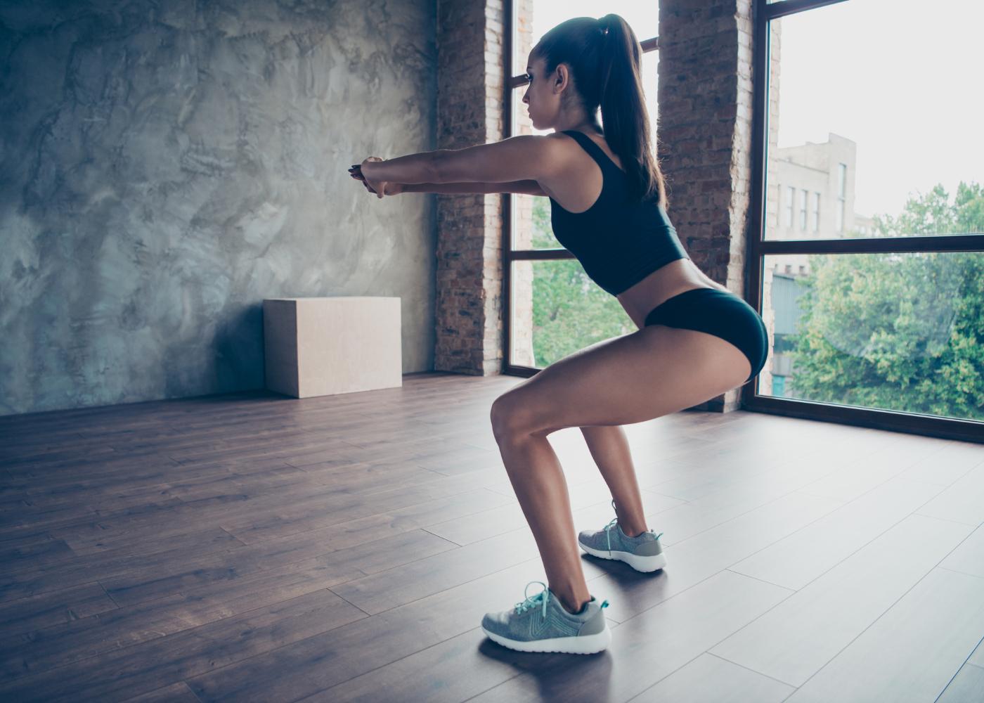 tonificar o corpo agachamento com kickback