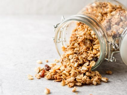 Alimentos com muito açúcar: frasco com granola