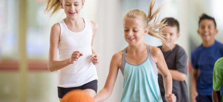 Crianças a jogar basquet