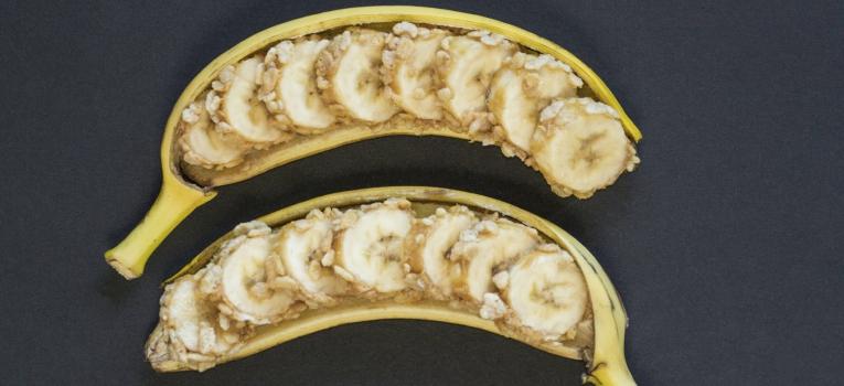 banana com manteiga de amendoim