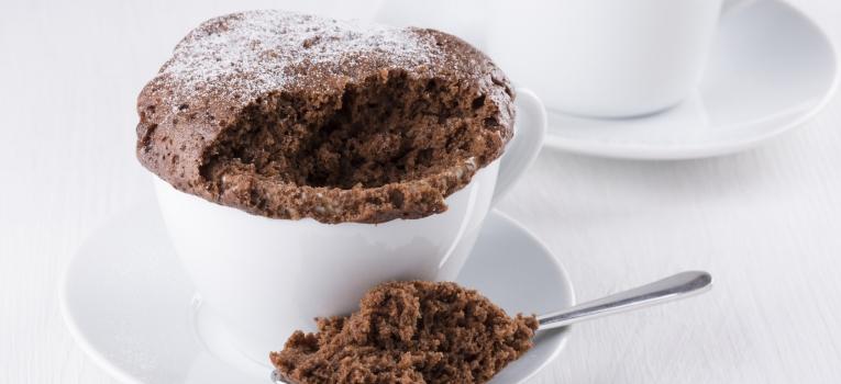bolo de caneca de chocolate e manteiga de amendoin