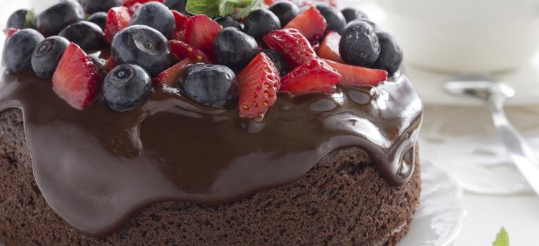bolo de chocolate e frutas