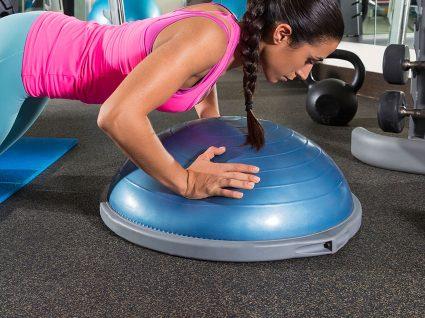 Exercícios com BOSU para ficar em forma
