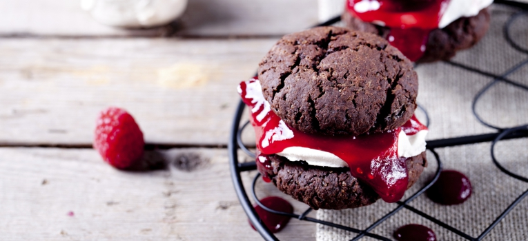 brownie de chocolate com framboesas