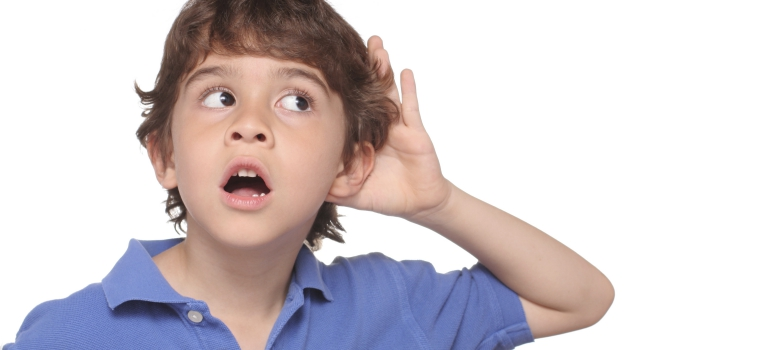 crianca a ouvir barulhos