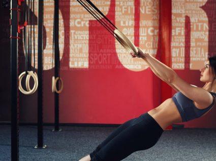 6 Exercícios com TRX para braços fortes: tonifique de forma diferente