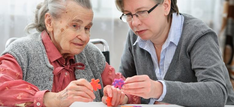 Linha de apoio aos cuidadores de idosos
