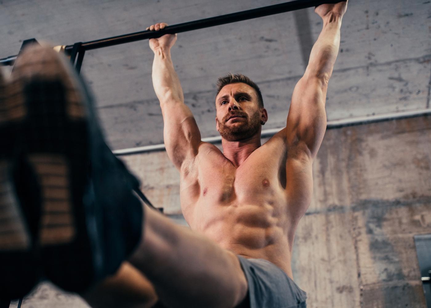 Exercícios para um treino abdominal completo: elevação das pernas