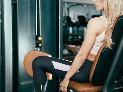 Mulher a fazer exercícios para adutores no ginásio