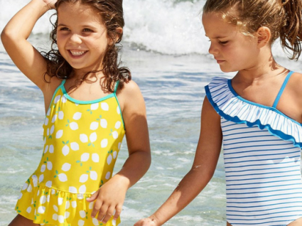 É tempo de praia: 10 fatos de banho e biquínis para meninas