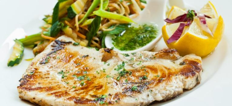 filetes de peixe espada no forno