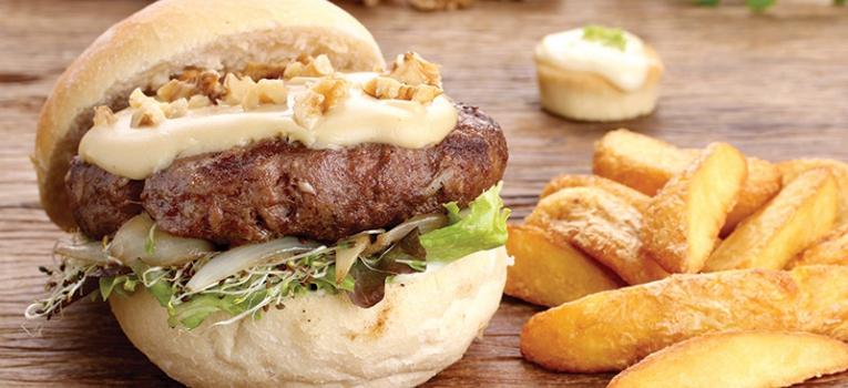 hamburguer com queijo parmesao e cebola caramelizada