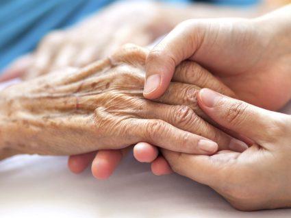Linhas de apoio ao idoso: para onde deve ligar