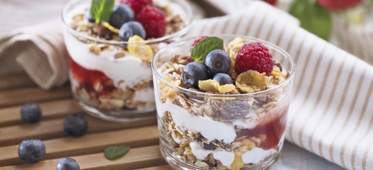 iogurte com granola e fruta