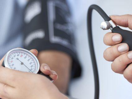 Quais os sintomas de tensão arterial alta?