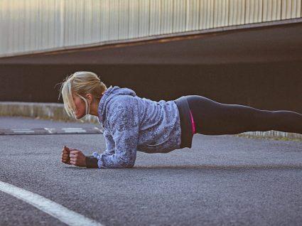 Plano de treino com o próprio peso: exercício em qualquer lado