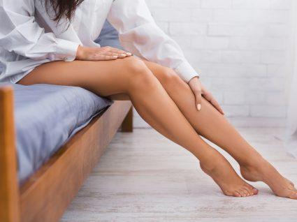 mulher com dor nas pernas