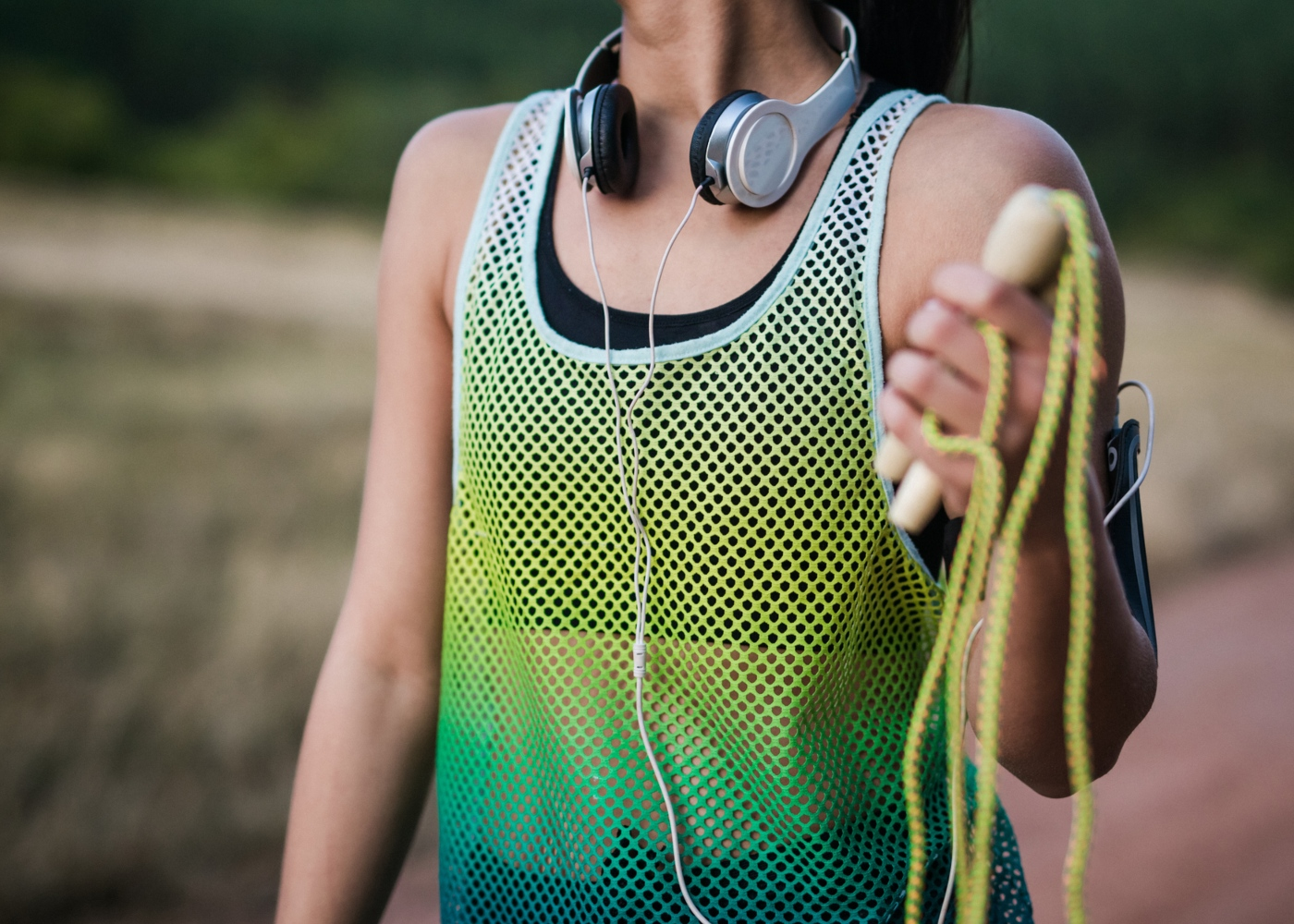 Benefícios de saltar à corda: mulher a fazer exercício