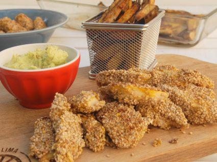 Nuggets de frango com batata-doce e molho de abacate