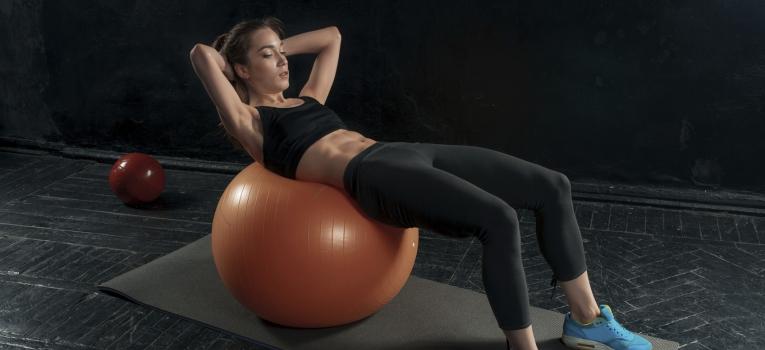 pilates com bola para musculos abdominais