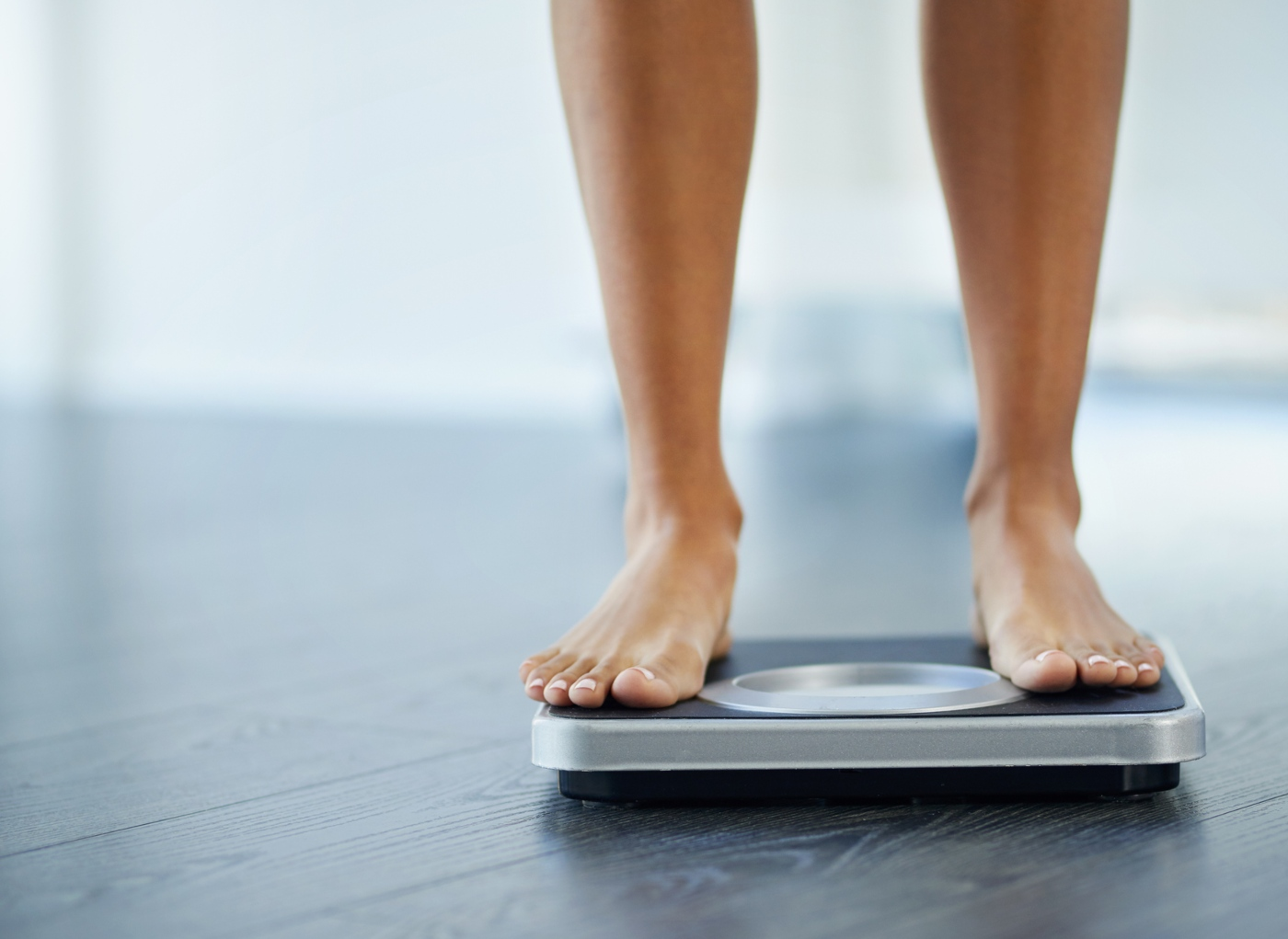dia mundial da obesidade em cima da balanca