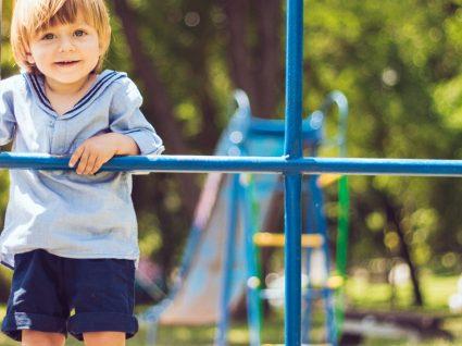 Roupa de menino para as férias da escola: diversão cheia de estilo