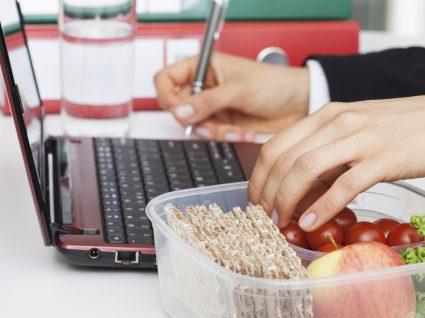 Fáceis e económicos: snacks saudáveis para o trabalho