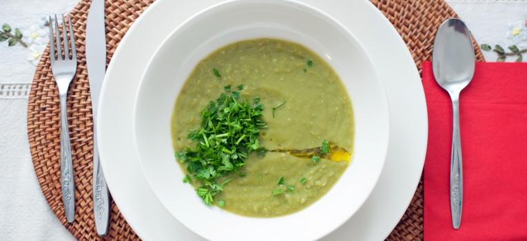 sopa cremosa de curgete com cebola crocante