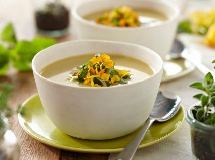 Sopa de legumes servida numa taça