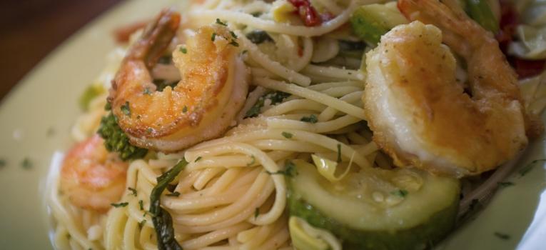 spaghetti com courgette e camarao