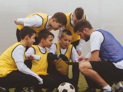 Treinador de formação: formador desportivo ou também formador social?
