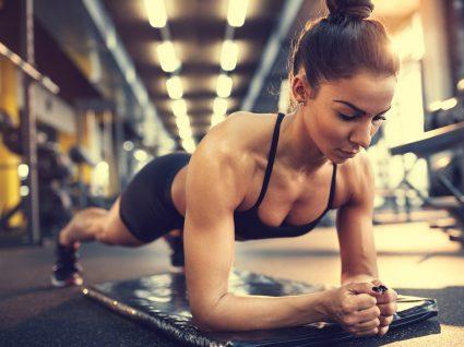 Mulher a fazer treino abdominal completo