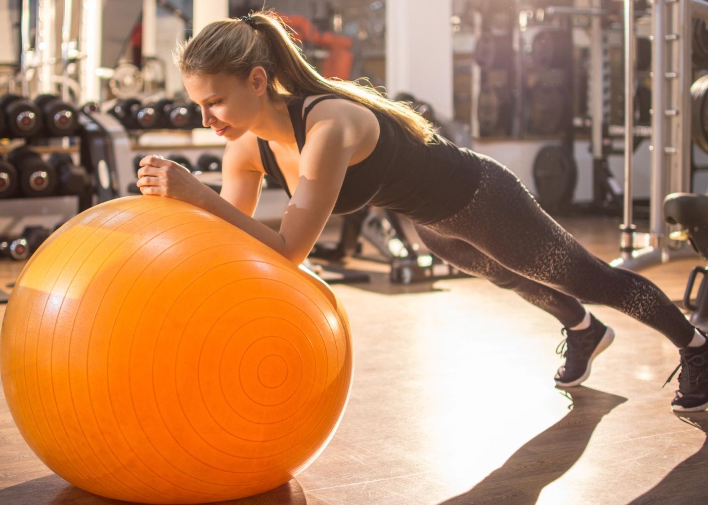 Exercícios para um treino abdominal completo: rollout na fitball
