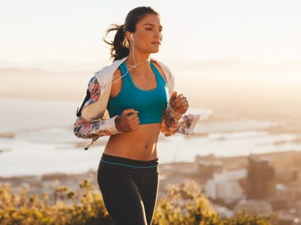4 Looks para correr com estilo: inspiração dos pés à cabeça