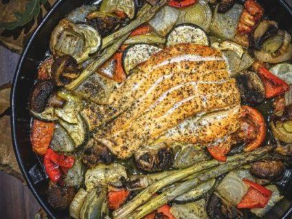 Salmão no forno com legumes by Vanessa Alfaro