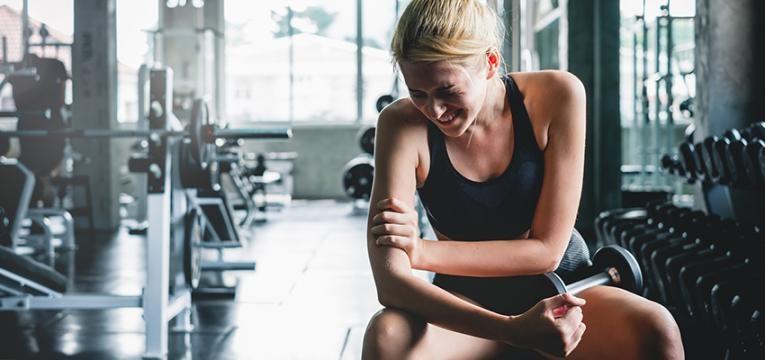 Mialgia: mulher com dores nos braços