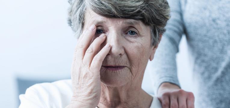 investigacao alzheimer senhora com alzheimer