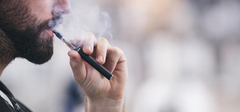 consumo de tabaco homem com cigarro eletronico